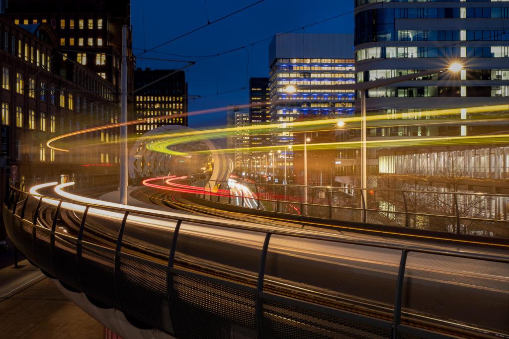 lichtsporen van de tram bij de netkous in Den Haag