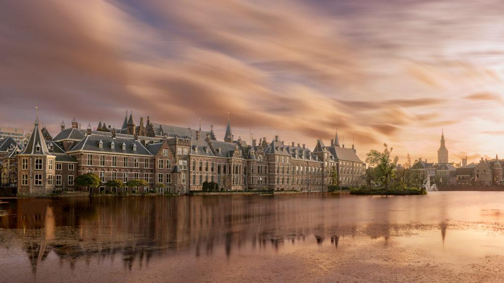 Foto van het Binnenhof in Den Haag aan de Hofvijver