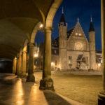 Nachtfotografie van de Ridderzaal in het Binnenhof van Den Haag