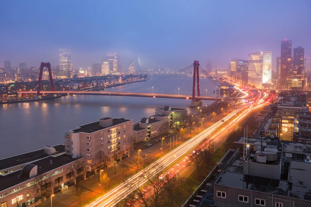 Uitzicht op Rotterdam in de mist van bovenaf