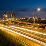 Nachtfotografie van de Botlekbrug met lichtstrepen