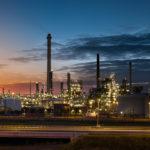Een foto van het industriegebied de Botlek, gezien vanuit Hoogvliet