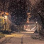 Nachtfotografie van een doorkijkje in Hoogvliet tijdens de winter in de sneeuw