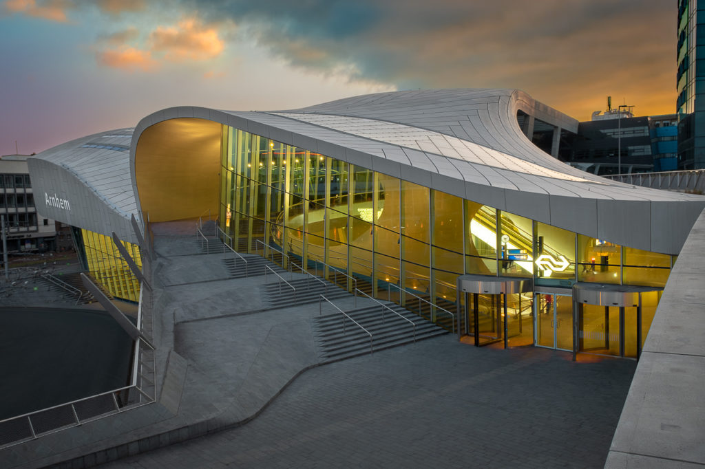 Architectuurfotografie van Arnhem Centraal Station in de avond na zonsondergang